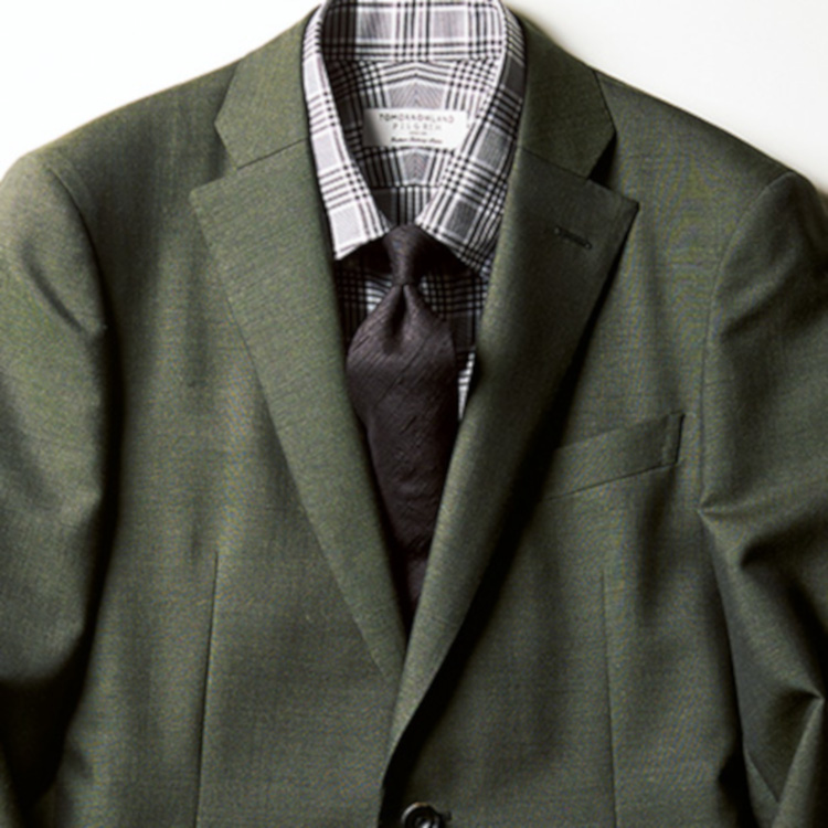 <p><strong>10位<br />最旬グリーンスーツに相性の良い色は?【1分で出来るスーツのお洒落】</strong><br />この春、トレンドのグリーンスーツやジャケット。紺やグレースーツと比べると、合わせるシャツタイの色が難しい……という方は、まず濃色からはじめてみよう。ネロ エ ヴェルデと呼ばれる「黒×緑」の合わせもおすすめだが、黒系のネクタイを持っていない場合は、濃色のブラウンタイもありだ。ここにブラウン系のチェックシャツを合わせると、グリーン~茶系でバランスよくまとまる。<br /> <small>(2020年4月号掲載)</small></p>