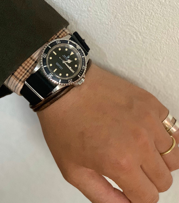 <p><strong>トゥモローランド 丸の内店 山内直哉さんの愛用時計<br /> ロレックス/サブマリーナ 5513 ふち有 1988年製 </strong><br /> 「一生モノの時計を探していた時に、生まれ年に近い個体を見つけ出して購入しました。スタイルを選ばず万能ですが、コットンセットアップや少しカジュアル寄りなスタイルによく合わせています」</p>