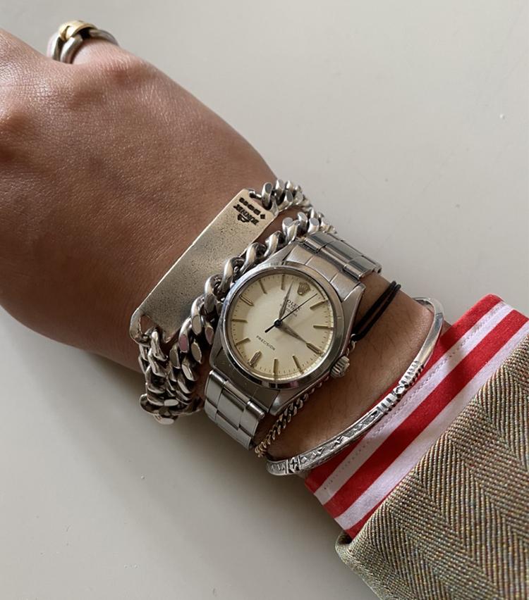 <p><strong>トゥモローランド メンズバイヤー 神谷真太郎さんの愛用時計<br /> ロレックス/1960年代 Oyster Speedking 手巻き</strong><br /> 「スポーツウォッチは永遠の憧れのアイテムだと思いますが、私は腕が細いため現行品は腕に対しての主張が強く苦手意識があります。この31mmのボーイズであれば、自分と相性がよく使い勝手がとても良いと感じています。ボーイズで好みのアイテムに出会えることが少ない中、念願かなってみつけた珠玉の1品です」<br /> <a class=