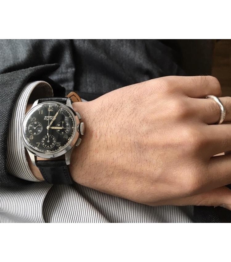 <p><strong>トゥモローランド御堂筋店 澤田修作さんの愛用時計<br /> ベンラス/1940年代 Sky Chief</strong><br /> 「10年程前に購入したBENRUSのアンティークウォッチ。スーツにも合わせて使用していますが、軍物のパイロットウォッチとして作られた時計ということもあり、ベルトを替えてカジュアルなスタイルにも合わせて、スタイリングを楽しんでいます」<br /> <a class=