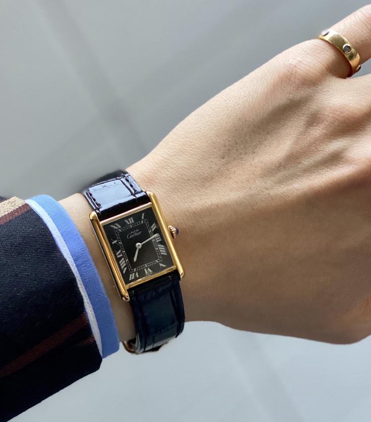 <p><strong>トゥモローランド メンズプレス 川辺圭一郎さんの愛用時計<br /> カルティエ/Tank Must Vermeil/Onyx Roman Dial 手巻き</strong><br /> 「カルティエのタンクと言えば言わずもがなの名作ですが、その中でもシャープな顔つきのローマンオニキスダイヤルにほれ込み、30歳の記念に購入しました。ベルトは江口時計店さんにて、カルティエの発明品であるDバックルに変更し、落下させにくいよう機能面にも拘って変更しています。クラシックスタイルは勿論、カジュアルな装いも1ランク格上げしてくれる魅力的な一本です」<br /> <a class=