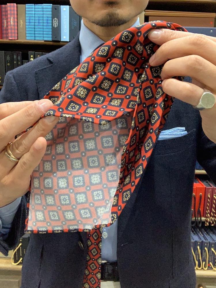 <p>1 「セッテピエゲ」とはイタリア語で7つ折りという意味で、一般的なネクタイに使用される芯地や裏地は使わずに、通常の2倍以上の生地を職人が手作業で折り畳んで仕立てているネクタイのこと。</p>