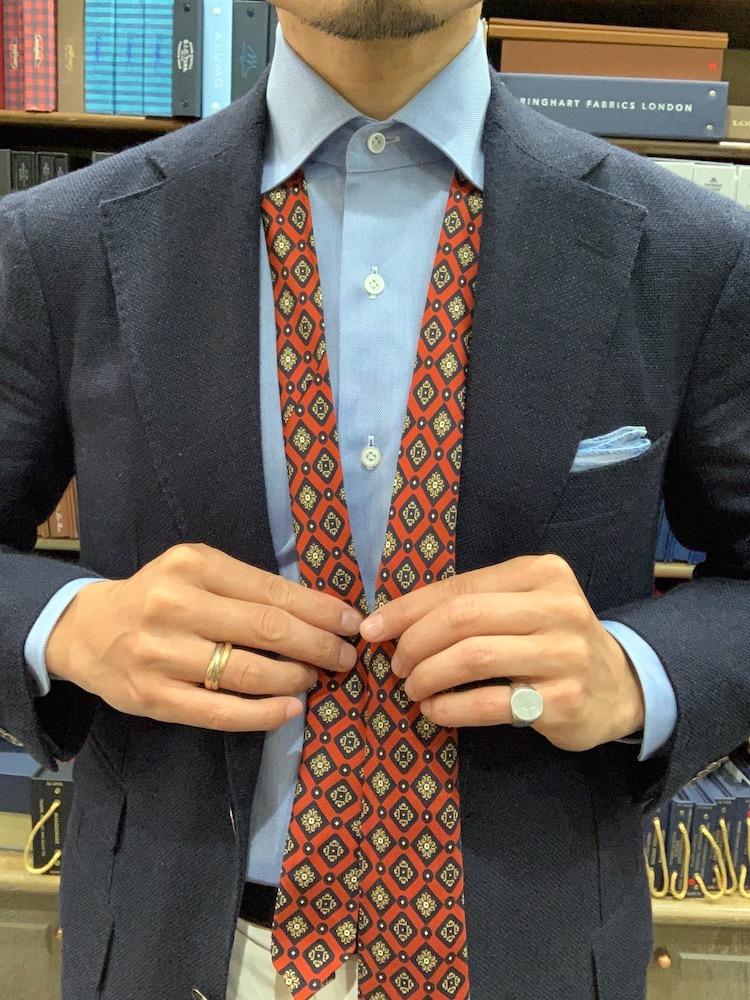 <p>2 大剣が左にくるようにシャツにネクタイを通し、結び始めの小剣の位置はベルト辺りからスタートすると良い。</p>