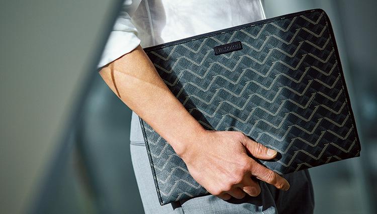 夏の「シャツイチ」スタイルに映える鞄は?