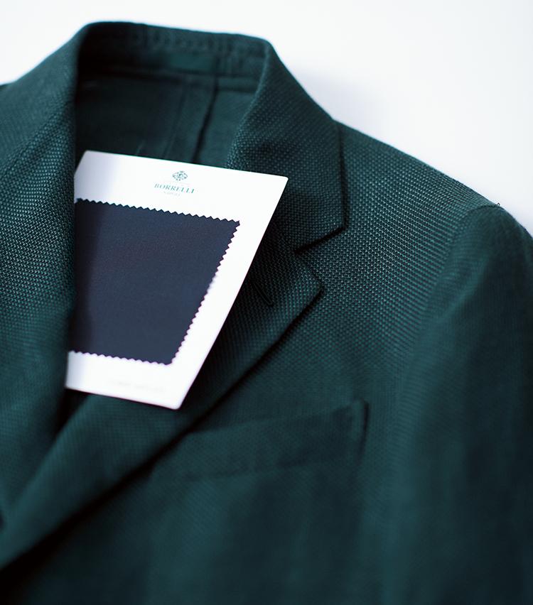 """<p><strong>【今季最旬の黒&緑(ネロ・エ・ヴェルデ)】<br /> 表情ある平織り生地で黒無地もコンサバに</strong><br /> 2020年春夏を象徴するアイテム、グリーンジャケットをより旬に装うなら、黒のイタリアンカラーシャツで""""ネロ・エ・ヴェルデ""""を構築するのがおすすめ。マットな平織り生地を選べば、黒無地シャツもギラつかずコンサバに着こなせる。同生地でのシャツオーダー価格4万7000円〜(ルイジ ボレッリ トーキョー 青山店)<br /> <br /><figcaption>ジャケット12万5000円/カルーゾ(ビームス 六本木ヒルズ)</figcaption>"""