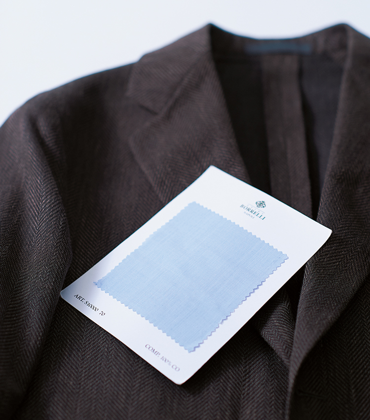 <p><strong>【イタリアの定番 青&茶(アズーロ・エ・マローネ)】<br /> 王道の青無地は微差の吟味が肝心</strong><br /> 濃茶ジャケットに青シャツというイタリアの伝統的合わせ、そしてシャツ襟もイタリアンと、時には王道で固めてみるのもよい。ただ、シャツ生地は白糸が混ざった刷毛目を選んで涼感を高めた。こんな微差にこだわれるのもオーダーならでは。同生地でのシャツオーダー価格4万5000円〜(ルイジボレッリ トーキョー 青山店)<br /> <br /><figcaption>ジャケット11万5000円/カルーゾ(ビームス 六本木ヒルズ)</figcaption>