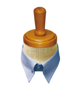 <p><strong>【ピンホール】</strong>襟先の中ほどに「アイレット」と呼ばれる穴が開いていて、そこにピンを通すタイプ。このピン部分がネクタイのノットを持ち上げると、立体的でクラシックな印象になる。</p>