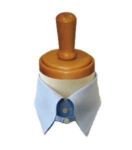 <p><strong>【タブ】</strong>左右の襟に先端を結ぶ紐(タブ)が付いたデザイン。これによりピンホール同様にノットがキュッと持ち上がり、かっちりした印象に。</p>