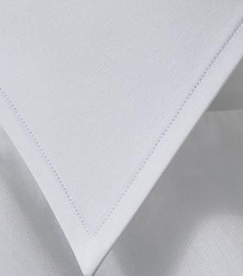 <p>精密さを追求するため、あえてミシン縫いを主体として仕立てるレスレストン。その繊細さは驚異的で、襟のステッチを見ても全く乱れがない。</p>