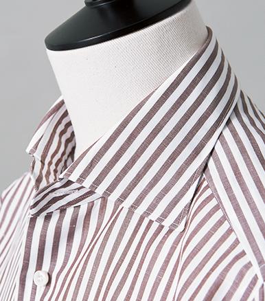 <p>自然なロールを描くため、柔らかにクセづけされた襟羽根。首に沿って前方へ傾斜するよう、襟付けの角度にもこだわっている。</p>