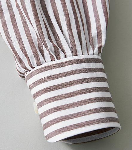 <p>カフ部分にもタックではなくギャザーを入れている。このように整ったギャザーを入れるには、高い縫製技術が必要不可欠だ。</p>