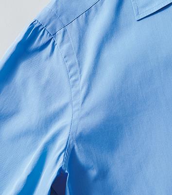 <p>袖山を体の内側へ入れ込みつつ、上側の縫製面を広く、下側を狭くとった独自の袖付けが山神シャツの大きな特徴。腕を上げても突っ張ることなく、快適な着心地に繋がっている。</p>