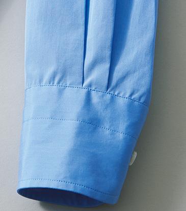 <p>袖口は外側・内側にそれぞれ2本ずつタックが入る。先に向かってややすぼまったカフも上品。</p>