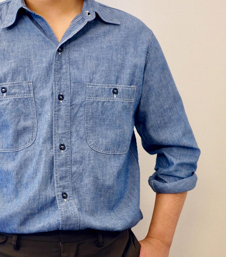 <p><strong>【その1】デニムシャツに◎な「ロールアップ」まくり</strong><br /> カジュアルな印象のデニムシャツにぴったりなのがこのまくり方。くるくると巻くように袖をまくるテクニックだ。手順を解説していこう。</p>