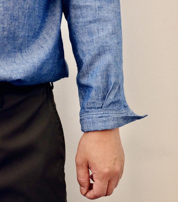 <p><strong>【その1】デニムシャツに◎な「ロールアップ」まくり</strong><br /> 1.まずはカフを半分くらいの位置で折り返す。</p>