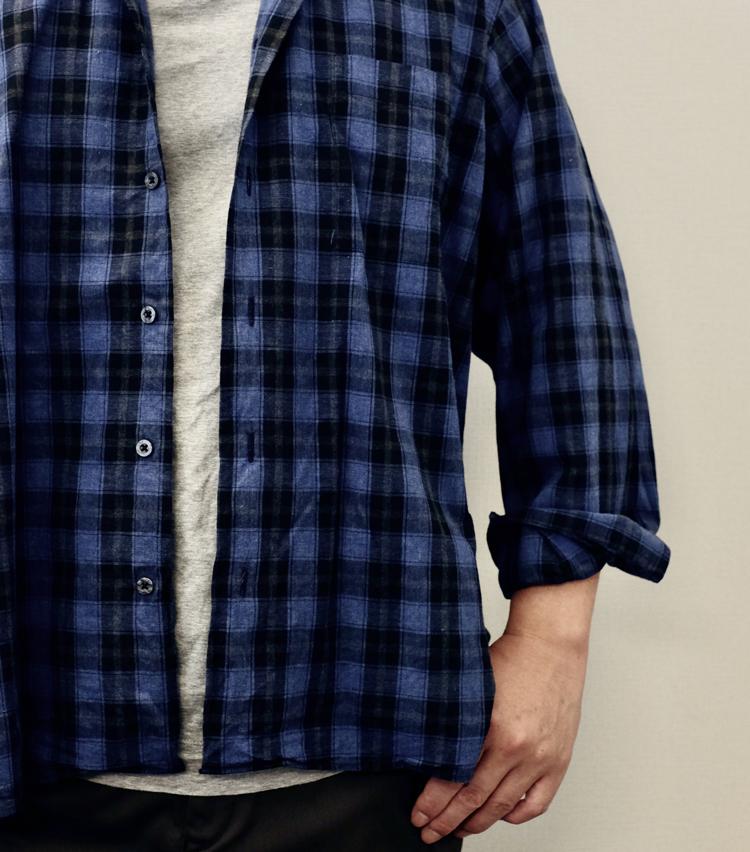 <p><strong>【その2】ゆったりシャツに好相性な「2回折り」</strong><br /> 昨今人気のリラックスシルエットを着こなすときに使えるまくり方。シャツのゆったり感を活かしつつ、だらしなさを回避できる。手順はとてもシンプル。</p>
