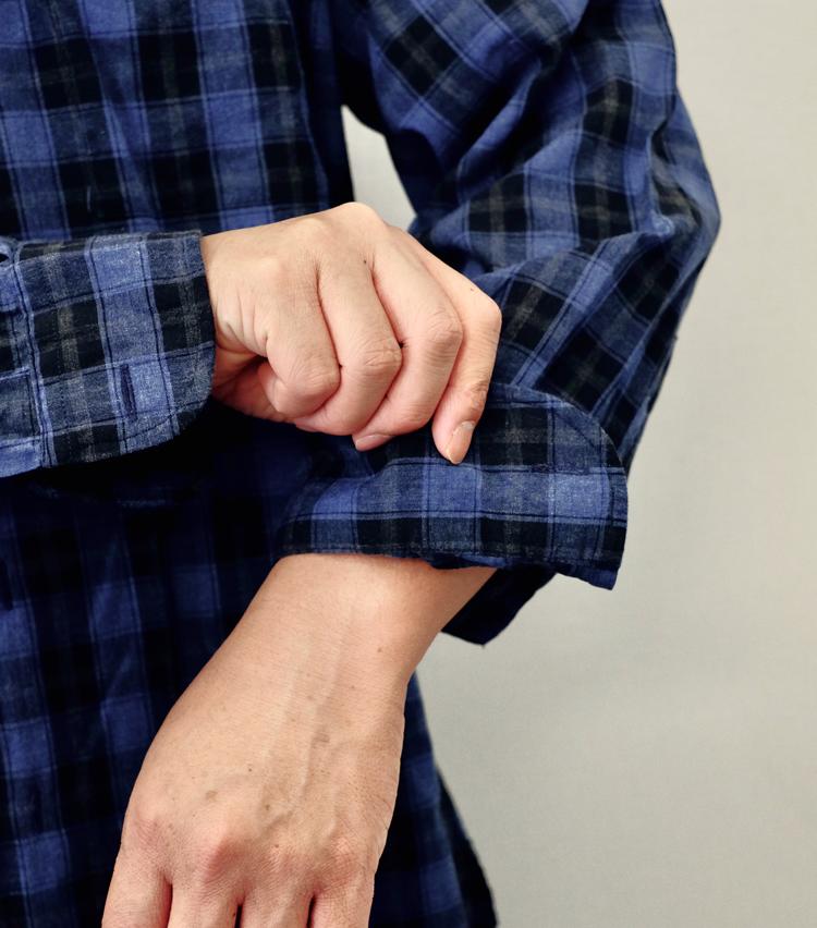 <p><strong>【その2】ゆったりシャツに好相性な「2回折り」</strong><br /> 1.まず、カフ全体を上に折り返す。</p>