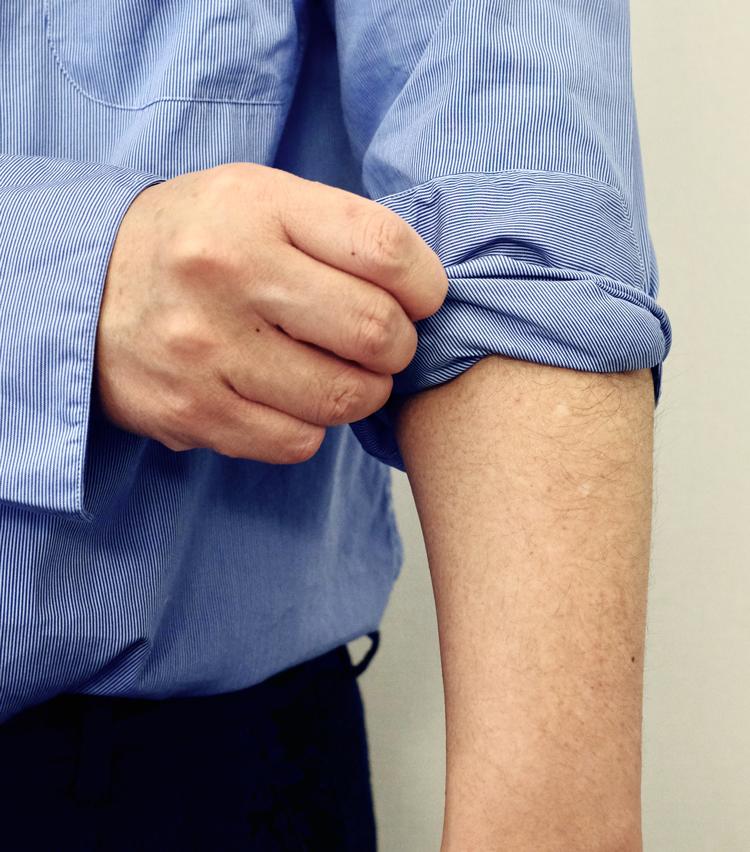 <p><strong>【その3】きれいめシャツで実践したい「ドレスまくり」</strong><br /> 3.カフに半分重なるくらいのところまで、同じ要領で折り返していく。</p>