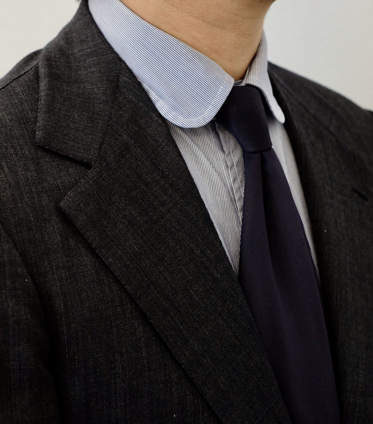 <p>大して「よくないシャツ」の場合、台襟が直線なので襟元が下がってしまう。すると全体的に襟がペタっと寝た印象に見えてしまうのだ。同じネクタイを締めても、「いいシャツ」とは立体感が歴然と違う。</p>