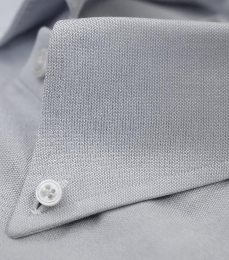 <p>シャツの顔である襟のステッチにも注目したい。一般的に、ピッチが均一で細かいものほど高級とされる。</p>