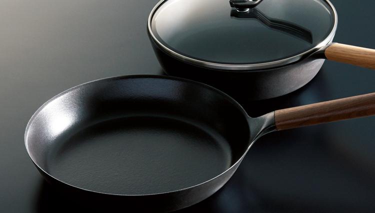 バーミキュラの鋳物ホーロー加工フライパンは何故シャキシャキの炒め物ができるのか?