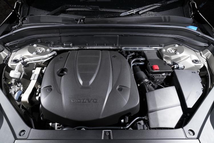 <p>最高出力235ps/最大トルク480Nmを発生する2リッター直4ディーゼルターボを搭載。8速ATを組み合せ、燃費はWLTCモードで13.6km/lとなる。</p>