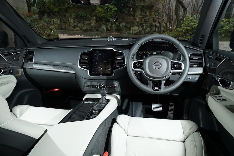 <p>インテリアにもR-デザイン専用ステアリングやスポーツシート、アルミ・スポーツペダルなどが備わる。インテリアトリムにはカーボン・ファイバー・パネルを採用した。</p>