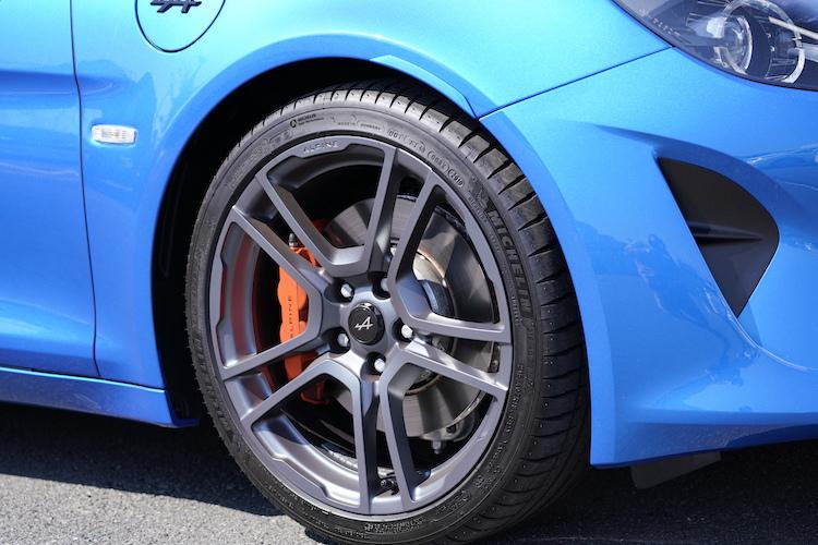 <p>専用色のホイールに、オレンジに塗られたブレンボ製ブレーキキャリパーが目を引く。</p>