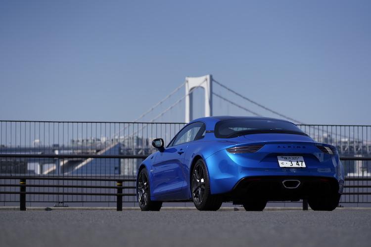 <p>ボディサイズは全長4205×全幅1800×全高1250mm、ホイールベース2420mm。価格は899万円(注文生産のボディカラー、グリトネール マットは939万円)。</p>