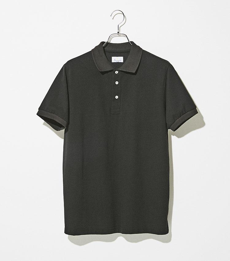 <p><strong>ジャンネット</strong><br /> 洗練されたモダンなシルエットに台襟のないカジュアルな襟元は、ロール感の美しいシャツ顔負けの端正な佇まいに。スポーティ過ぎずドレッシー過ぎない絶妙なタッチの鹿の子素材は、適度なストレッチで通気性も抜群。インナー使いはもちろんのこと一枚で着てもサマになる。1万5000円(トヨダトレーディング プレスルーム)</p>