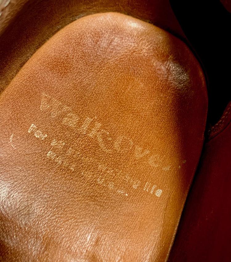 <p>相当履きこんだので、インソックのネームはご覧のとおりかなり薄くなっています。当時のアメリカの靴はネームにも味わいがあります。</p>
