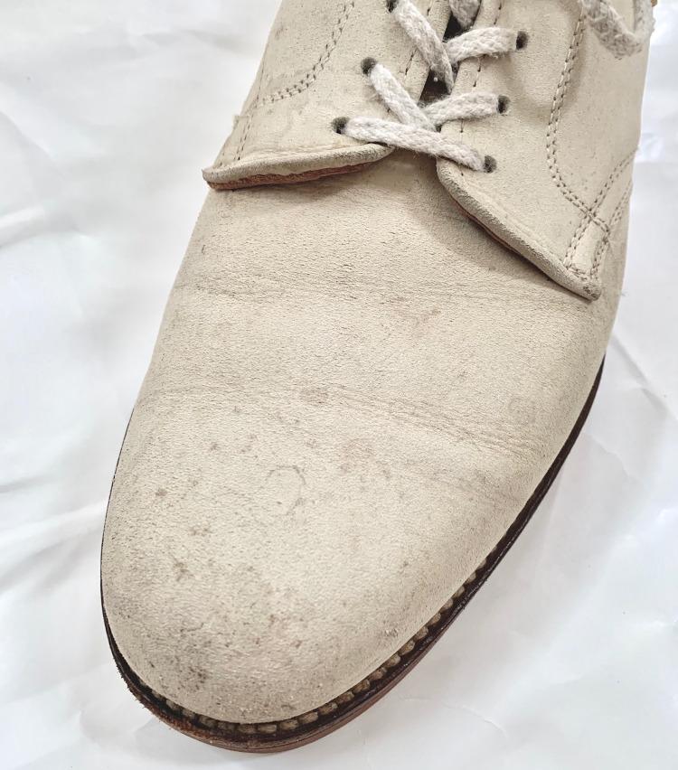 <p>履いているうちに汚れやシミができますが、これもホワイトバックスのアジです。汚れ過ぎた場合は、チョークを塗ってブラッシングすると白さが蘇ります。</p>