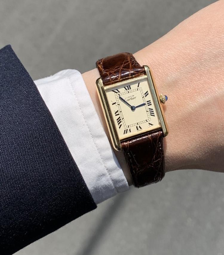 <p><strong>ザ ソブリンハウス セールスパーソン 後藤優人さんの愛用時計(1)<br /> カルティエ /マストタンク</strong><br /> 「いまの会社に入社が決まった際に父から譲り受けました。1980年代の品で手巻き式。人生初のアンティークウォッチです。いつの時代も廃れない魅力的な一本ですし、毎朝ゼンマイを巻かないと稼働しないちょっと面倒くさいところにも愛着がありますね」</p>