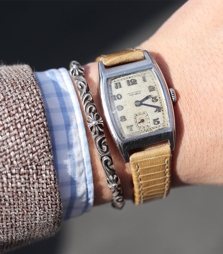 <p><strong>ユナイテッドアローズ 原宿本店 セールスパーソン 髙橋 淳さんの愛用時計<br /> モバード/クロノメーター</strong><br /> 「職場の先輩に譲っていただいた1960年代のアンティークウォッチだったかと思います。小ぶりなトノウ型のフェイスに、ブルーの針が洒落ていてとても気に入っています。スタイリングで意識していることは、あまり華美になり過ぎないようにしています。時計がしっかりと溶け込む様な、落ち着いた優しい風合いのアイテムや、色合いを身につける様にしています。ベルトがベージュなので、アースカラー系のコーディネートをすると統一感が出て気に入っています」<br /> <a class=