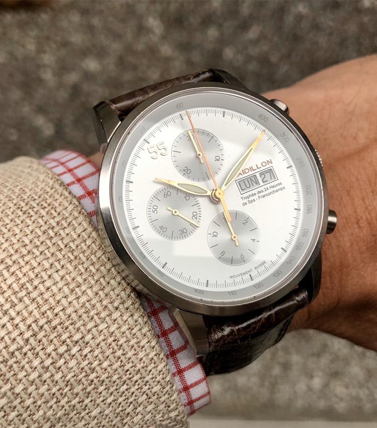 <p><strong>ユナイテッドアローズ 有楽町店 セールスパーソン 川下圭由さんの愛用時計<br /> ラディオン/オートマチックのクロノグラフ</strong><br /> 「2011年の1月に購入しました。全てのモデルが限定55個生産という希少な時計です。サイドにシリアルナンバーが刻印されており、この時計は6/55。38mmの存在感あるサイズ、文字盤の11の位置に大きく55と記されており独特の個性がお気に入りです。革ベルトが好きなので、汗の染み込みが気にならないカミーユ・フォルネのアンチ・スウェット仕様に変更。生産数が少ないので、同じ時計をしている方を見かけたことがありません」</p>