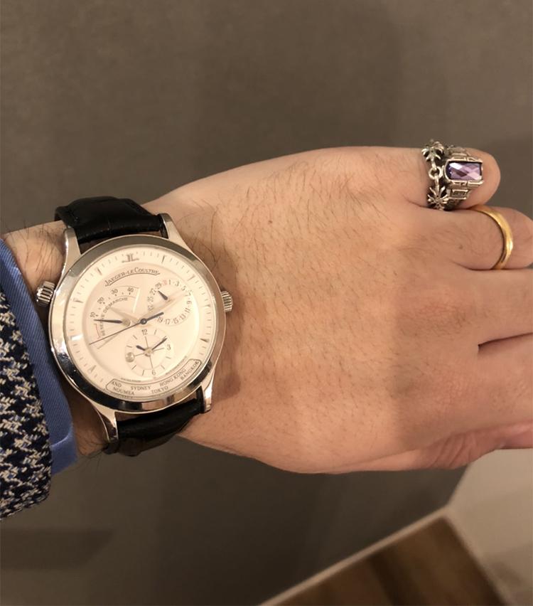 <p><strong>ザ ソブリンハウス セールスマスター 村田 聡さんの愛用時計<br /> ジャガー・ルクルト/マスタージオグラフィーク</strong><br /> 「27歳の時に購入した思い出の品。現在4代目まで出ているマスタージオグラフィークの2代目の品。インデックスが、くさび型という点が気に入っているポイント。パワーリザーブや、ポインターデイトなど、デザイン性がありドレッシー過ぎないため、幅広い装いにハマります」 <br /> <a class=