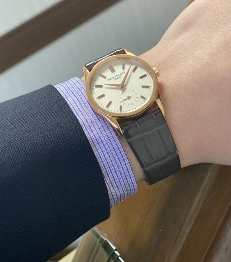 <p><strong>ユナイテッドアローズ 六本木ヒルズ店 セールスマスター 木原大輔さんの愛用時計<br /> パテック フィリップ/カラトラバ Ref. 3796R</strong><br /> 「ローズゴールドの肌馴染みと現行品にはあまり無い30,5mmの大きさが私の腕まわりにフィットするところが気に入っています。小ぶりな時計ながら、針の形状・フラットなベゼル・本体とラグのバランスなど上品な主張があります。バランスがよく、美しく完成されたデザインだと思います。ずっと大切に着けていきたい時計です」<br /> <a class=