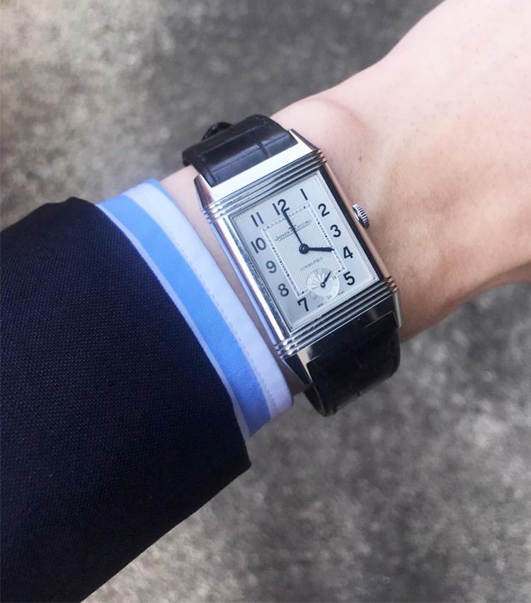 <p><strong>ユナイテッドアローズ 原宿本店 セールスパーソン 鈴木拓真さんの愛用時計(1)<br /> ジャガー ルクルト/グランド レベルソ ナイト&デイ</strong><br /> 「30歳を迎えるにあたって購入した、憧れていた時計。ポロ用に生まれたモデルという面白さとともに見た目の端正さに惹かれて購入をしました。40歳になったら裏面にどんなメッセージを入れようかと考えています」<br /> <a class=