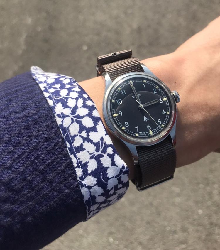<p><strong>ユナイテッドアローズ 原宿本店 セールスパーソン 鈴木拓真さんの愛用時計(2)</br>スミス/英国軍ミリタリーウォッチ 1967年</strong><br /> 「師と仰ぐ大先輩から新人時代にいただいた時計。市場に出回っている物のほとんどは陸軍モデルですが、空軍モデルというレアなところも愛着ポイントの1つ。新人時代の思い出の1本です。ミリタリーウォッチをする際に意識していることは、武骨な印象を持ったものを、いかに他のアイテムで中和させていくか。品をどのように出すかなどを意識しています」<br /> <a class=
