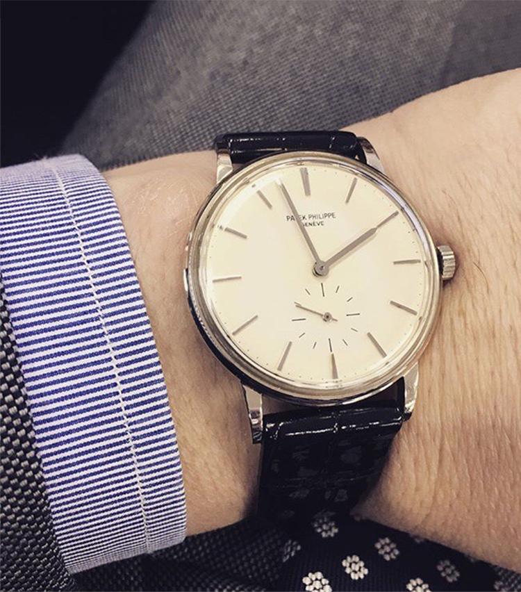 <p><strong>ソブリン ブランド ディレクター 太田裕康さんの愛用時計(1)<br /> パテックフィリップ/カラトラバ</strong><br /> 「1960年代White Gold27-460と言うキャリバーが内蔵された薄型タイプ。縁あって数年前に我が手元に。基本的に自分との相性で所謂イエローゴールドやピンクゴールドの物はしないので、このホワイトゴールドでかつ薄くて、小さいフェイスが上品で好きです。あえてステッチレスの光沢のある薄手クロコのベルトを特別に作ってもらい、元々付属されていた純正ベルトは保管。主にスーツの時が多いですが、最近はカジュアル時の外しでも使用しています」</p>