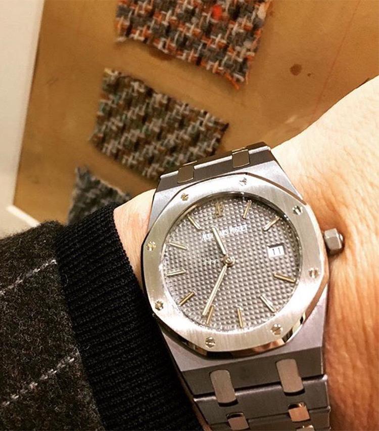 <p><strong>ソブリン ブランド ディレクター 太田裕康さんの愛用時計(2)<br /> オーデマピゲ/ロイヤルオーク チャンピオンシップモデル</strong><br /> 「2001年プロゴルファーのニックファルドが全英オープンで優勝した際の記念モデル。タンタルは硬度や耐蝕性、耐酸性、耐熱性に優れている非アレルギー性の不活性の希少金属なので、汗をかいても心配無い所があり、夏場にも良いですね。また、純金と比重がほとんど変わらないため、34mmのケース径の小ぶりのモデルですが、ずっしりとした重量感があります。色目もガンメタリックグレーなので、スポーツウォッチで有りながら、何処かエレガントな面構えが気に入っております。クォーツなので、非常に薄くシャツの袖口に当たらず、袖口が擦れて破れる事も無いところも◎」</p>