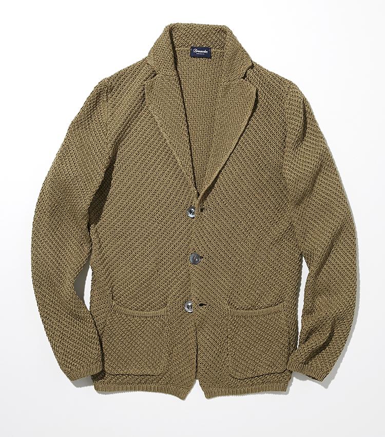 <p><strong>ドルモア</strong><br /> ザックリと編み上げられた軽やかなコットンのニットジャケットは、少し広めのラペルに、程良いウエストシェイプと気持ち長めの着丈が魅力。パッチポケットのリラックス感も軽やかな着こなしにぴったり。ダークベージュの色合いは、落ち着いた大人の印象に仕上がる。<br /> ジャケット5万3000円(バインド ピーアール)</p>