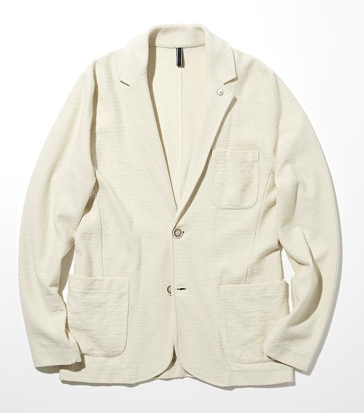 <p><strong>L.B.M. 1911</strong><br /> ミドルゲージのコットンニットジャケットは、裏地を排したアンコン仕様で春夏に欠かせない爽快感が味わえる。夏にも涼しく、インナーを工夫して3シーズン着用ができる。凹凸感のある風合いは、肌に触れてサラリとドライな質感。身体にフィットする心地よい立体感も魅力だ。袖はロールアップもしやすい、ボタンのない筒袖タイプ。ジャケット6万8000円(トヨダトレーディング プレスルーム)</p>