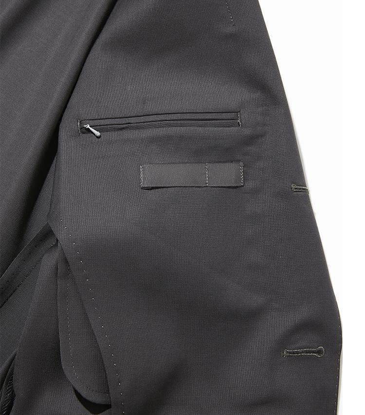 """<p><strong>【細部に宿る""""すごみ""""】</strong></p> <p>ファスナー式の内ポケット。これなら上着を脱いだ際に、ポケット内の荷物が不意に落ちる心配もない。</p>"""