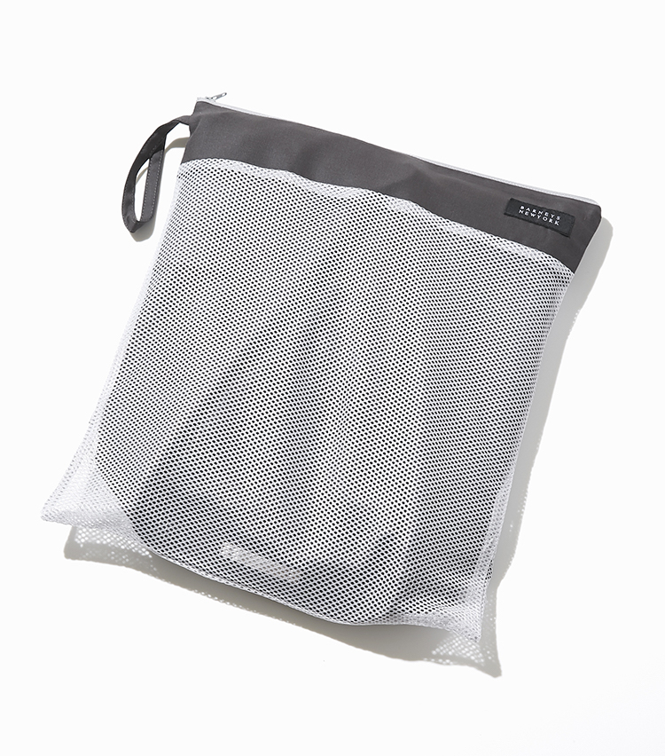 """<p><strong>【細部に宿る""""すごみ""""】</strong></p> <p>メッシュの収納バッグが付属したパッカブルタイプ。出張や旅行など、持ち運びにも便利だ。</p>"""