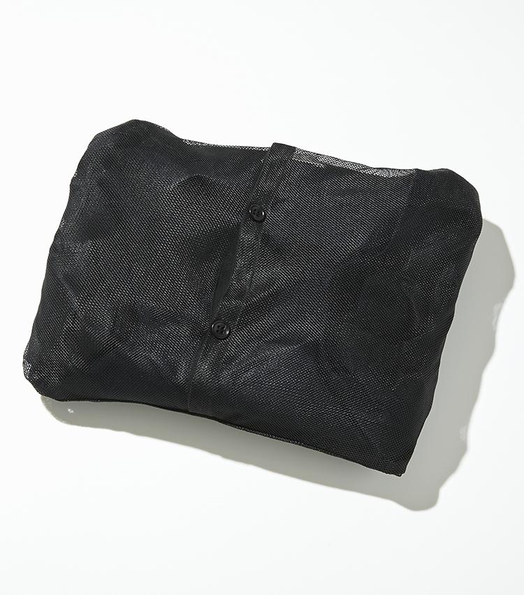 """<p><strong>【細部に宿る""""すごみ""""】</strong></p> <p>ジャケットの背裏に付属するメッシュ袋で上下を収納できるパッカブル仕様。</p>"""