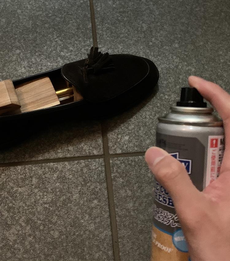 <p><b>2.スプレーをかける</b></p> <p>靴と距離を取り、全体に満遍なく纏わせるように振りかけます。<br /> 20〜30分、風通しの良い日陰で浸透させます。</p>
