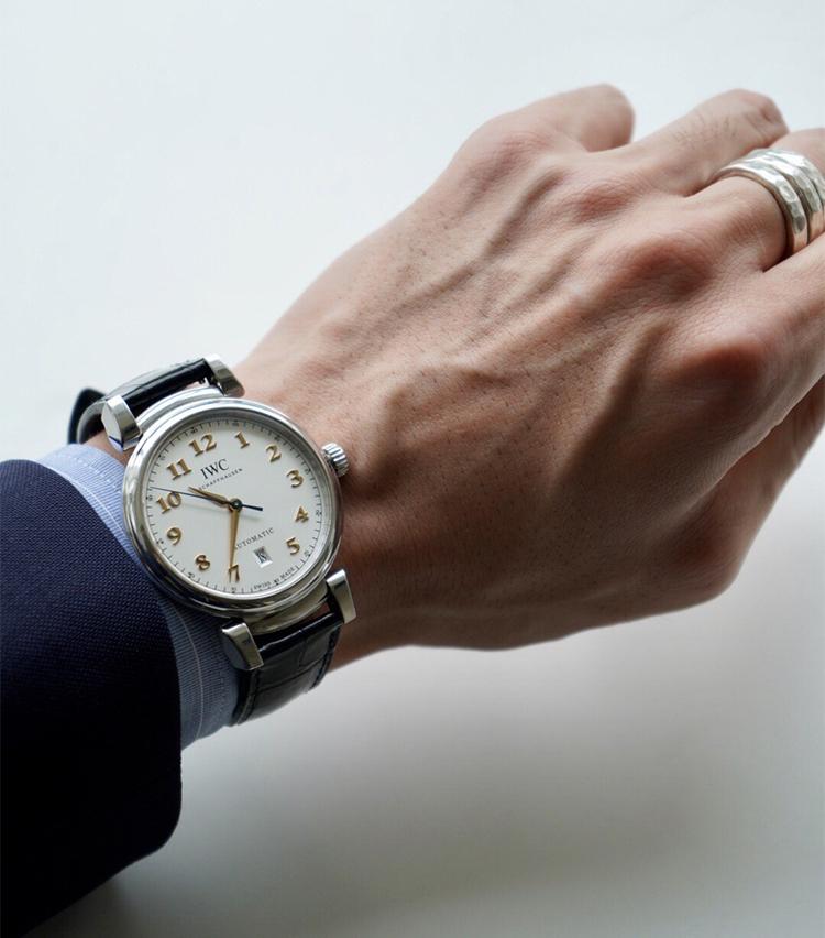 <p><strong>SHIPS MENS PRESS 河野建徳さんの愛用時計<br /> IWC /ダ・ヴィンチ・オートマティック</strong><br /> 「この業界に入り憧れであったプレスに配属が決まった際に記念として手に入れた1本で、その年に'80年代の形(ラウンドタイプ)や独特のラグを再び取り入れ復活したダ・ヴィンチです。シルバーの文字盤に、ゴールドのアラビア数字やエレガントなリーフ針が自分のドレススタイルにハマるデザインで気に入っています。時計ベルトはカミーユ・フォルネのアリゲーターベルトに変更し、夏場でも汗等を気にせずドレススタイルに付けられる様、裏の素材はアンチ・スウェット仕様のものにしています。色褪せないデザインの時計なので、いつか自分に子供が出来たらこれを引き継ぐのが密かな楽しみです」</p> <p><a class=