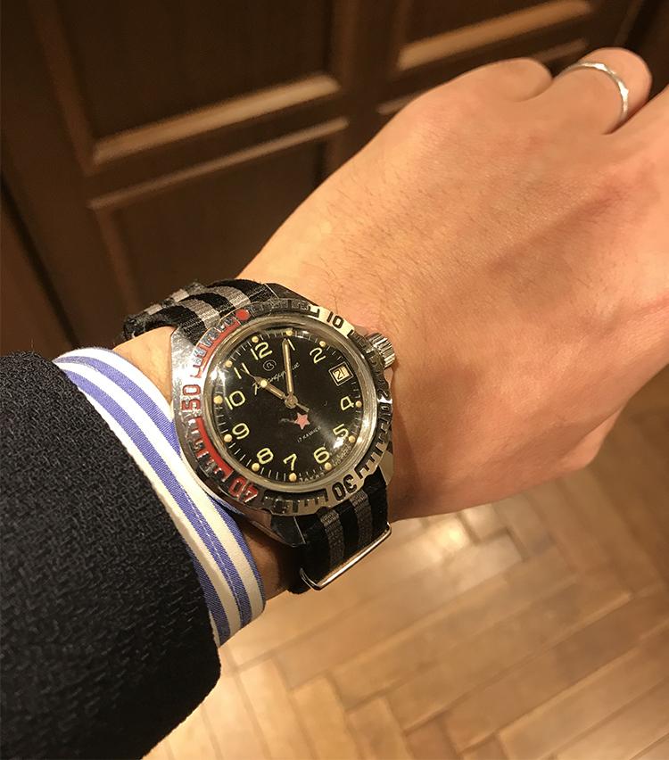 <p><strong>SHIPS 渋谷店 副店長 伊藤 誠さんの愛用時計<br /> ボストーク/komandirskie</strong>(70年代頃のビンテージミリタリーウォッチでこちらのモデルは上官用ネームです。)<br /> 「元々ミリタリーを発祥とするdressスタイルにつける時計として少し変化球なものを探していたところで出会った1本です。手巻き式のムーブメントで高級感を感じさせながらチープな雰囲気も兼ね備えている雰囲気が気に入っております。時計好きのお客様との会話の1ネタとしても活躍しています」</p>