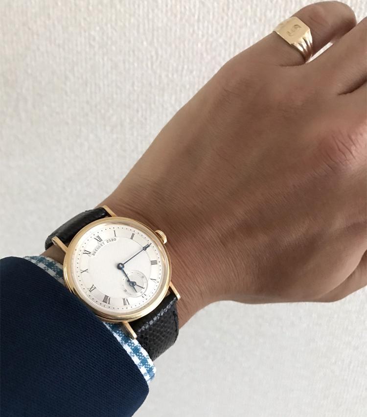 <p><strong>SHIPS 岡山店 副店長 原野祐輔さんの愛用時計(1)<br /> ブレゲ/Classique Twin Barrel</strong><br /> 「自分の華奢な腕に合うドレスウォッチを探し続けて見つけた一本。ミニマルな機能で普段使いでスーツが決まるこの時計がお気に入りです。時計の素材と合わせたビンテージシグネットリングも一体感のある合わせです」</p>